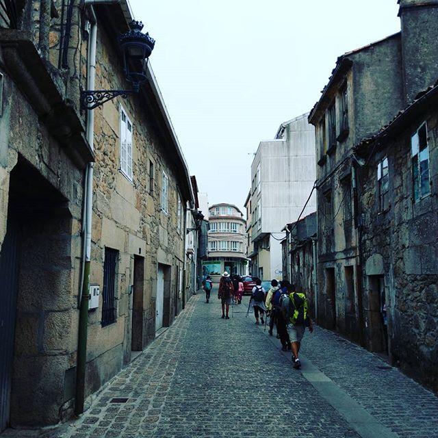 Tag 13 Calas de Reyes - Picarana. Wir sind das letzte Stück vor der finalen Etappe nach Santiago gelaufen. Man fühlt sich wie beim Wandertag in der Schule :( Die Strecke ist Streckenweise schön, Aber das meiste ist Teer durch den Speckgürtel von Santiago. Morgen haben wir zum Glück nur noch 14 km.