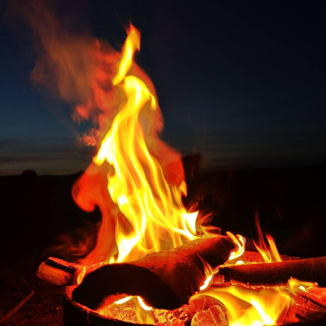 Ein kleines Lagerfeuer in der Dämmerung .. A small campfire in Dusk.